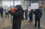 눈이 오는 가운데 체불 된 임금을 지급하라고 외치고 있는 노동자들